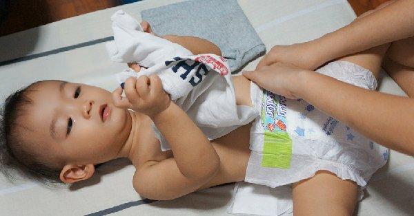 como tirar o bebe da fralda