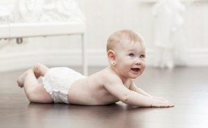 estimular bebe a  engatinhar