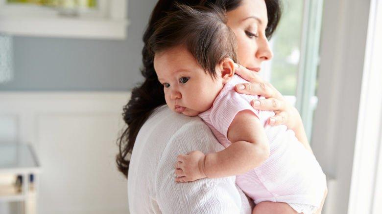 como acostumar bebe a ficar sem colo